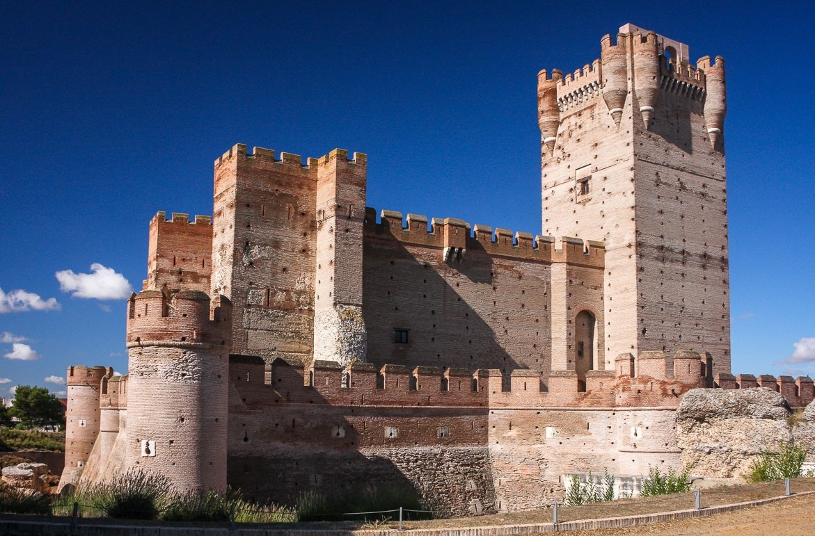 Замок Ла Мота – грозная цитадель и темница известных людей Средневековья.
